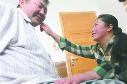 哥哥遇车祸成植物人 妹妹放弃生孩子照顾两年