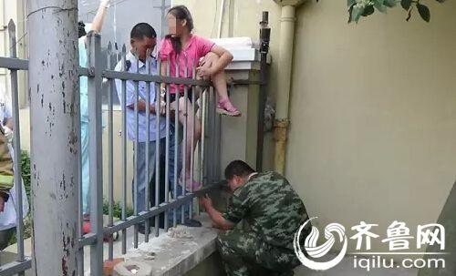 山东12岁女孩翻墙失手 铁栅栏直接插入大腿内 高清图片