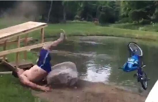 美国男子骑自行车试图越过池塘未果身受重伤