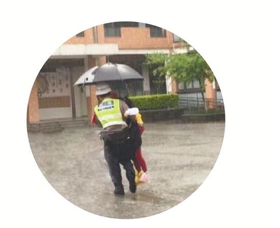 保安大雨天把娃挨个抱进走廊:守卫校门十多年