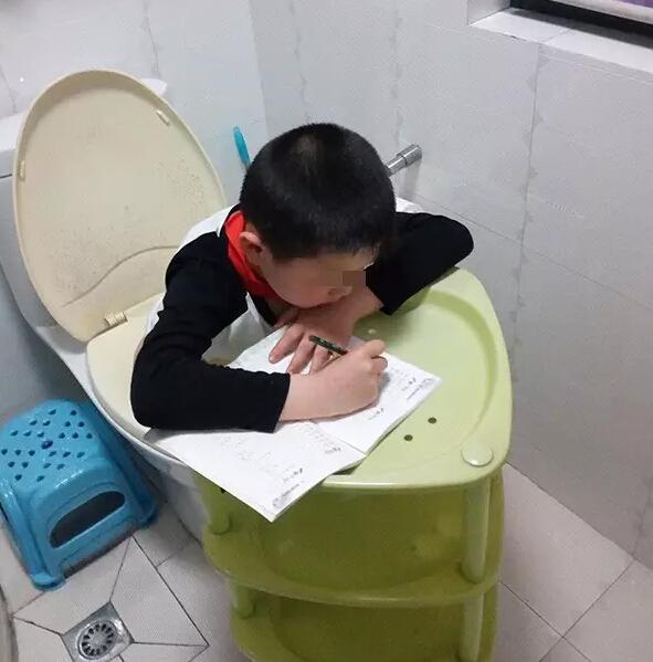小学生蹲马桶不忘埋头写作业