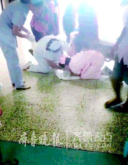 产妇刚出电梯口急产 医护人员跪地接生