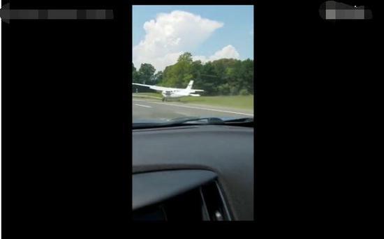 美国高速公路突然迫降飞机 网友:技术真好