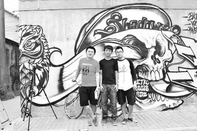 率性3小伙神奇涂鸦作品激活小巷老城墙