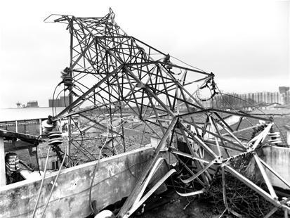 高压塔倒塌砸中工厂宿舍