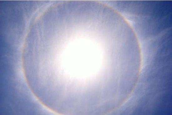(襄阳晚报)昨日上午,天气晴朗,我市上空出现罕见的日晕奇观。耀眼的太阳周围出现巨大的光圈。据了解,这是一种大气光学现象,日光通过卷层云时,受冰晶折射或反射形成日晕。   另据襄阳晚报2008年报道   昨日中午12时30分,襄樊上空出现了日晕现象,太阳周围有一圈美丽的光环,持续近1个小时,引得路人纷纷驻足观看。据了解,日晕是一种大气光学现象,多出现在春夏季节,在一定程度上可以成为天气变化的一种前兆,出现日晕天气有可能转阴或下雨,民间有日晕三更雨,月晕午时风的谚语。 责编:王玉涛
