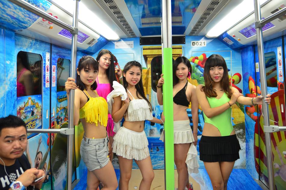 比基尼美女武汉地铁热舞 上演大尺度撕衣快闪