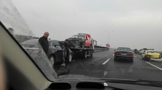 路面结冰惹出车祸一串 机场高速多车追尾