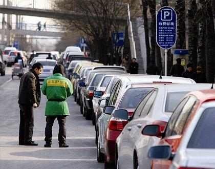 """人行道被""""圈成""""收费停车场"""