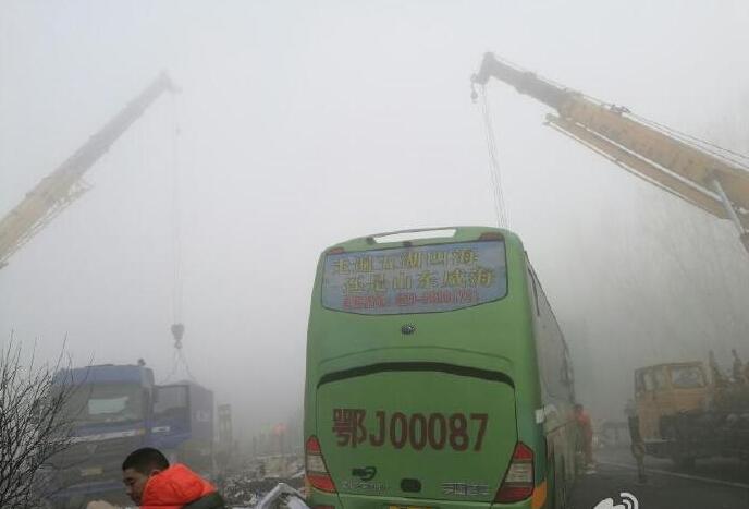 湖北籍客车高速发生车祸 车头粉碎致8死17伤
