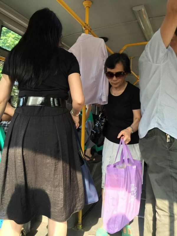 武汉一奇葩女公交车上晾女式衬衣 还自带衣架