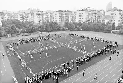 千余支足球队每周踢联赛 家长主动送孩子踢球