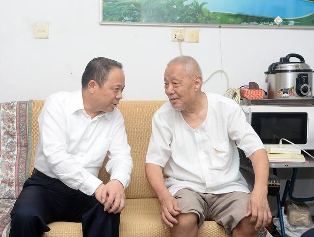 """和84岁党员拉家常,武汉市领导""""七一""""看望这些人"""
