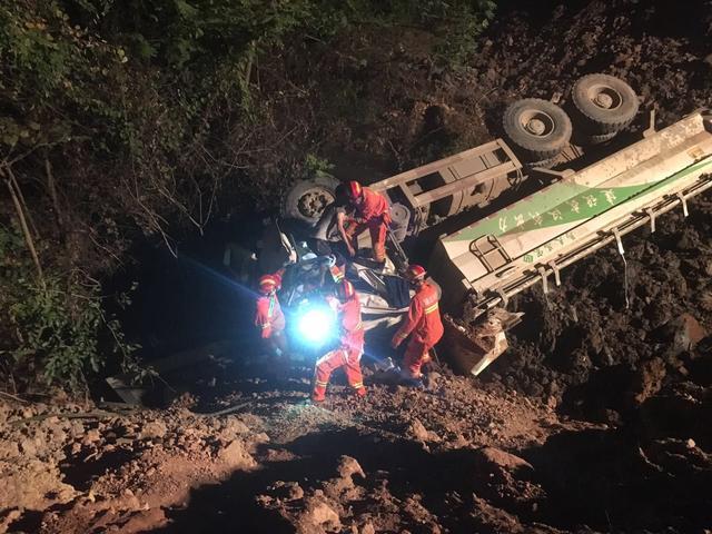 渣土车翻进3米深沟 消防官兵和民警联手施救
