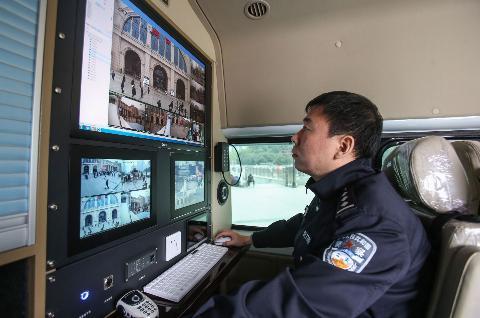 别小瞧这辆警车 车顶警灯5路探头360度监控街面