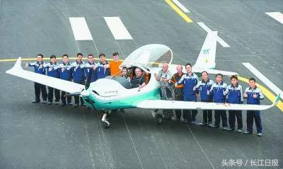 这是第一架武汉制造的飞机 记者周超 摄   4.