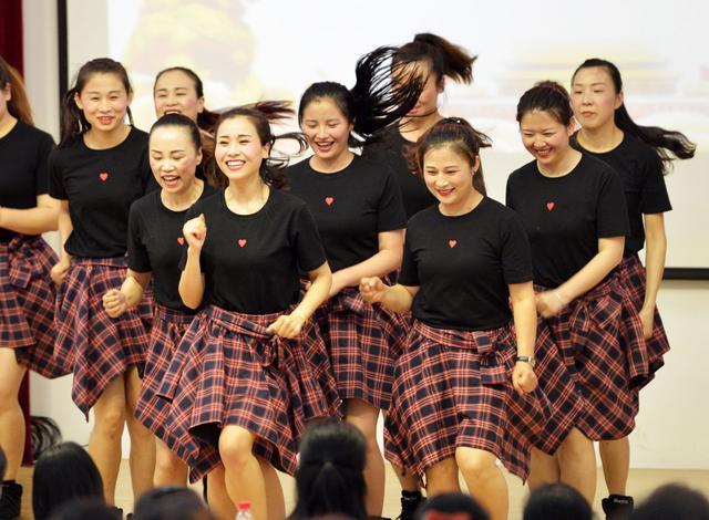 再热也要拼   5月15日,武汉最高气温上升至34,许多市民喊热。江岸区堤角小学的绿茵场上,校足球队的小队员们挥汗如雨,开心踢球。记者 彭年 摄    她们是街里的美丽新女性   5月15日,东西湖区金银湖街举行美丽新女性和最美家庭代表表彰活动,来自街里的各行各业女性代表受到表彰。记者金振强 通讯员吴旭 摄    汉味童谣进校园   5月15日下午,江汉区华中里小学请来武汉童谣非遗传承人63岁的彭翔华老师(右)进校园,给同学们传授汉味童谣中的宝贵知识。记者金思柳 摄    礼让行人斑马线
