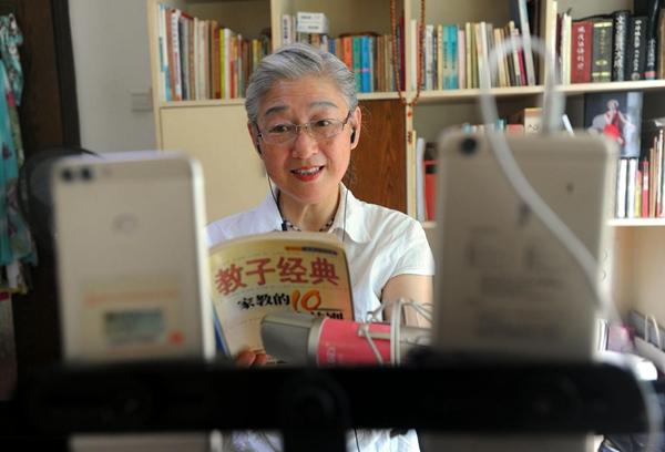 郭奶奶直播时用风趣的语言为网上的宝妈们解答难题.记者肖僖 摄