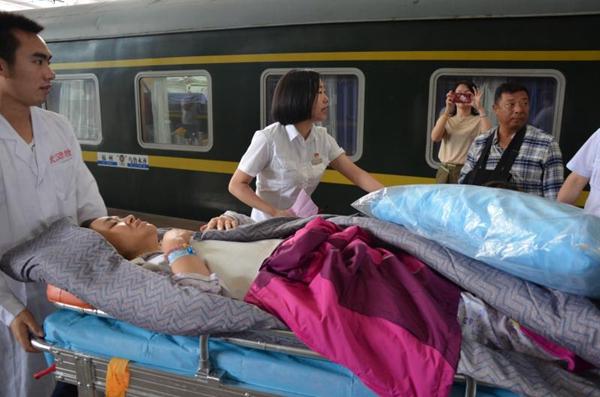 武汉游客昆仑山旅游遇车祸,青海医护人员千里护送