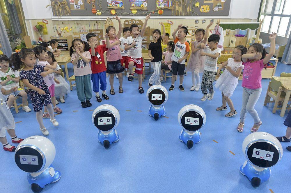 武汉一幼儿园请机器人当助教 会讲故事跳《小跳蛙》