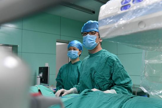 长江网7月30日讯 心血管疾病多年来稳居健康杀手首位,就是因为它来得快、来的凶、来的急,只有抢过病魔的速度,才能守护患者的安全。       心血管内科主任陈曼华在监护病房查看患者病情   一年开展400多台心梗急诊手术,从患者入院到开通血管平均时长45分钟,比国际标准60分钟缩短四分之一;成立7个手术专班,24小时有专家团队待命,确保每一个急症患者得到及时救治多年来,武汉市中心医院打造国内一流的胸痛中心,迈开速度和技术两条腿,无数次跑赢死神,挽救众多危重病人的生命。   自全市双评议工