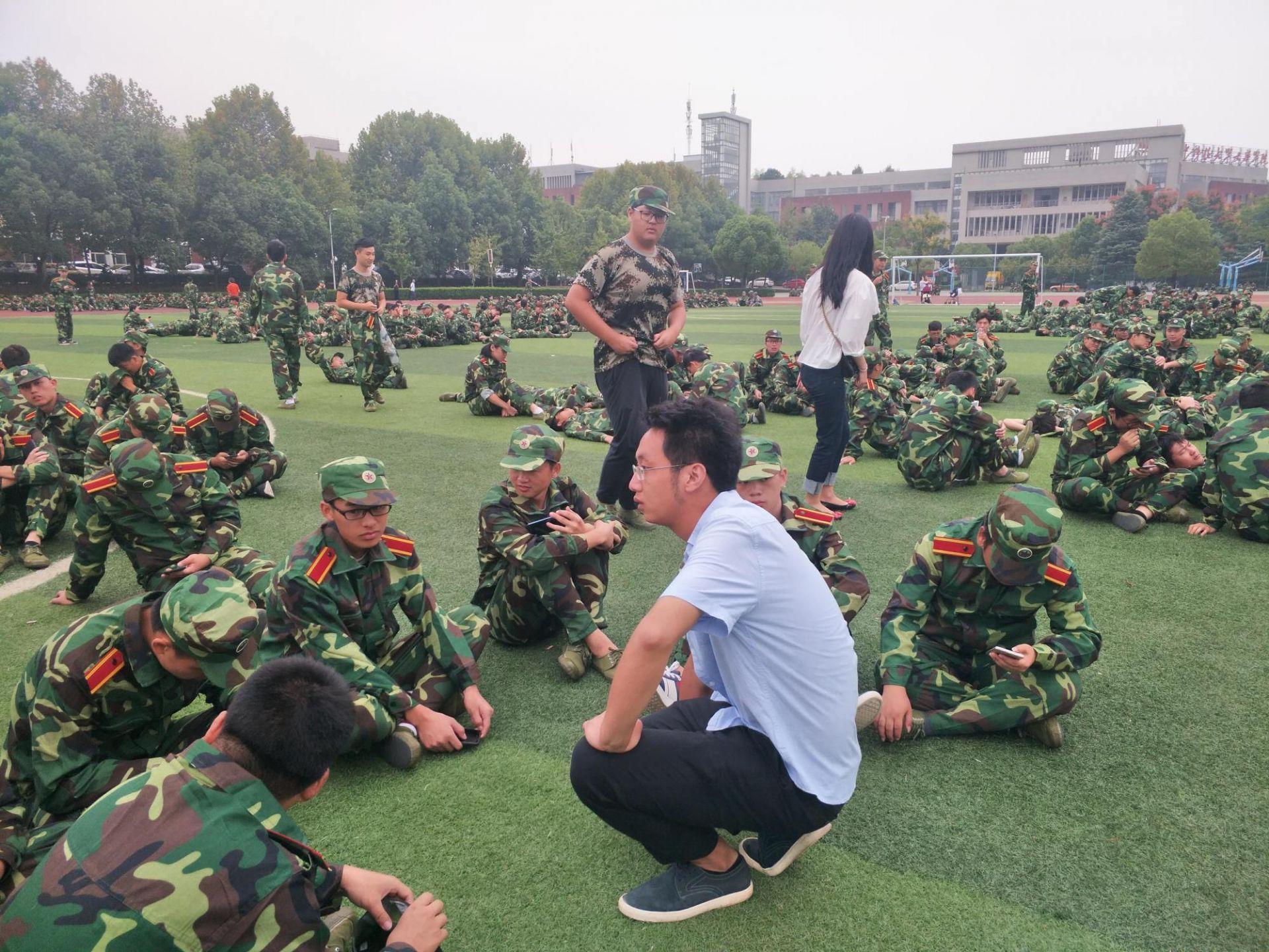30℃高温下这位辅导员全程陪同学生军训,他每天走2万步