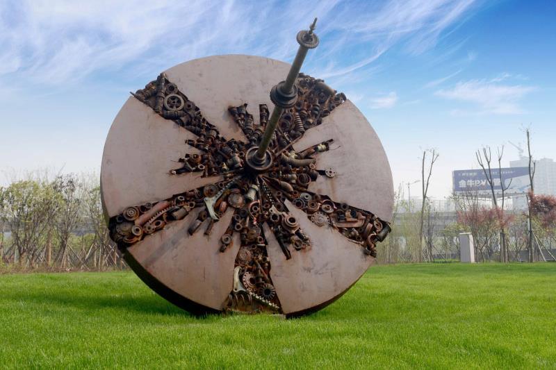 """废弃物在公园找到""""新家"""":机械零部件做雕塑,铁路枕木做汀步"""