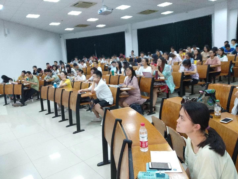 学生们在课堂上认真听讲
