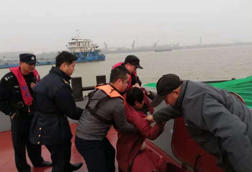 母子俩货船底舱刷油漆被熏倒,<a href='http://www.sonhoo.com'>网上贸易</a>,民警涉险下舱救