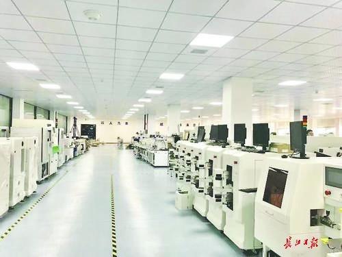 展示的电子产品琳琅满目,有手机线,电路板,各种电脑元器件……记者