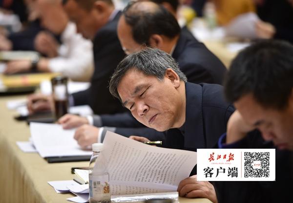 bob电竞:两会图集丨市人大代表认真听取市政府工作报告