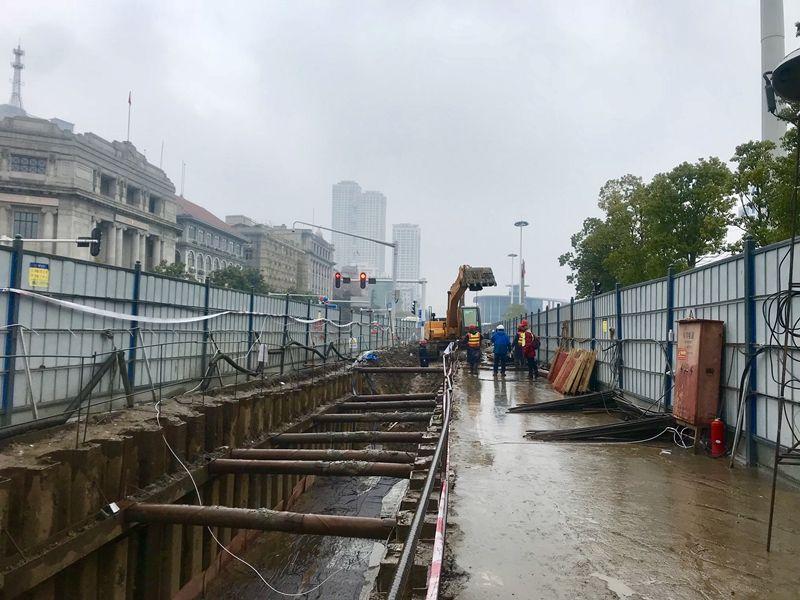 新闻中心 武汉    上午10点,天空下着小雨,从江汉关到青岛路沿线都打