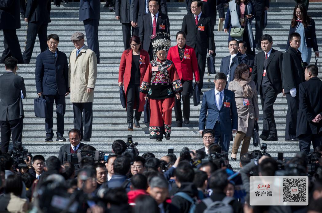 十三届全国人大二次会议开幕会,代表有序走出人民大会堂
