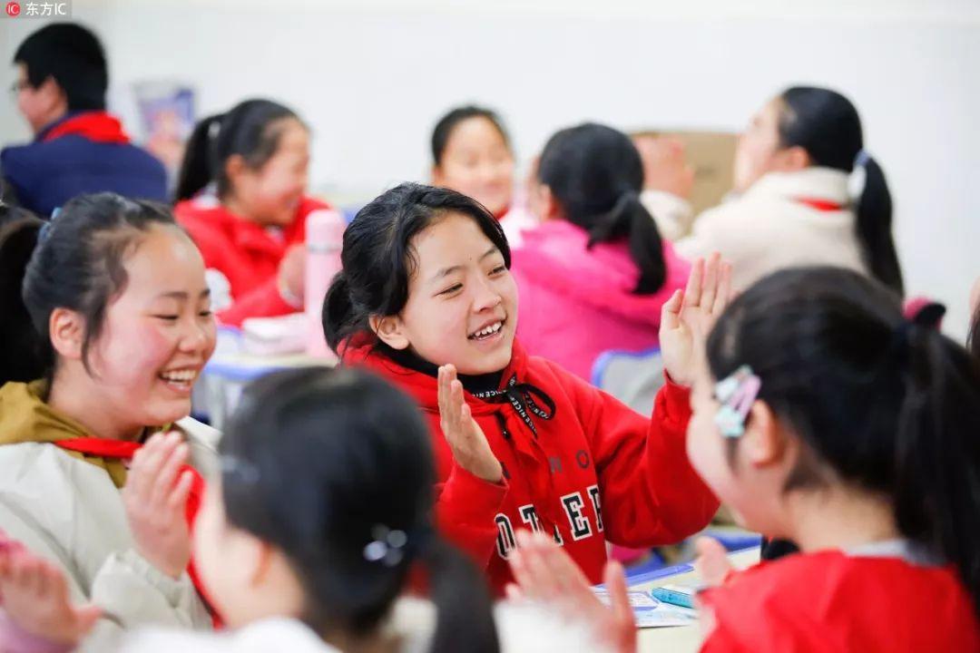 昨日,长江日报记者从武汉市教育工作会获悉,今年武汉市将新改扩建普惠性幼儿园30所,新增学位0.8万个;新改扩建公办中小学20所,新增学位2.4万个。  新增8000个普惠性幼儿园学位 2018年,武汉市在园幼儿总人数为32.2万人,比上一年净增2万人。武汉市共认定普惠性民办幼儿园804所,全市公办幼儿园和普惠性民办幼儿园在园幼儿占比达到81.