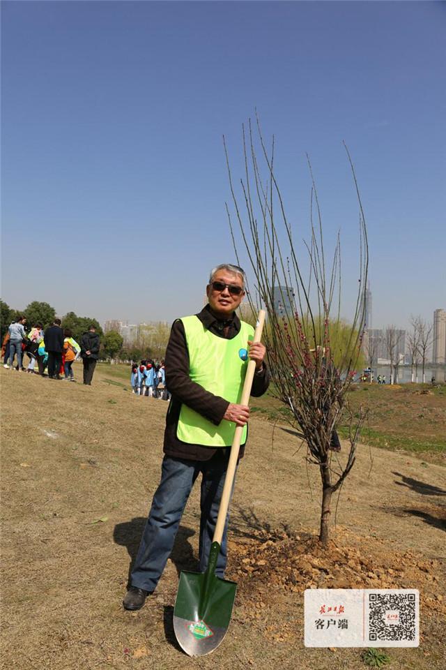 """千余人在沙湖公园种植""""市树""""梅花,取名""""兵兵林""""为军运加油"""