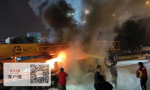 吊车在商场门前着火,武汉城管和市民纷纷帮忙灭火