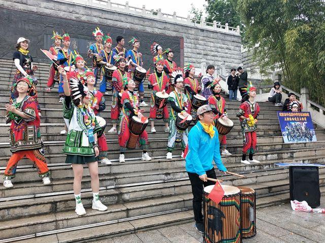 武汉中小学生走进音乐加油站 ,为汉马加油