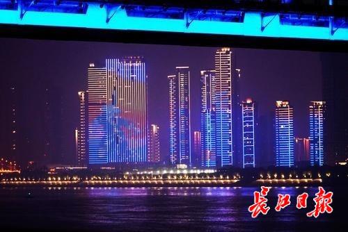 """图为武昌桥my0792头堡变身""""大幕"""""""
