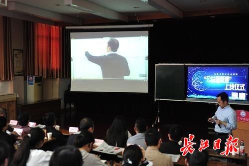 """@高中学生和家长:来上长江日报""""名师公益视频课"""",名师给你""""课外辅导"""""""