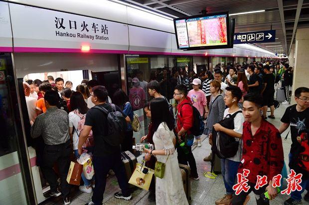 """这个小长假武汉地铁客运量1900万乘次,外来游客""""霸座"""""""