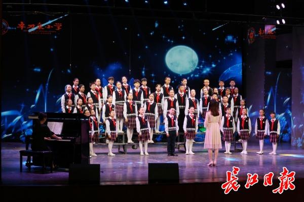 上千名武汉少年用歌声庆祝祖国华诞