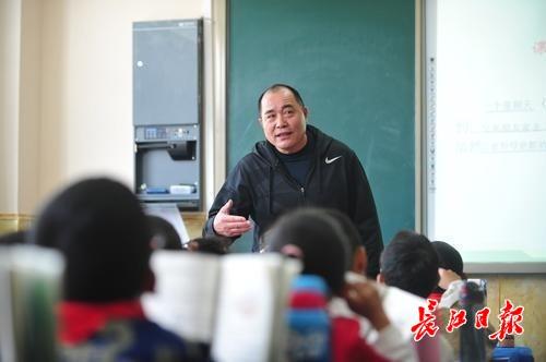 """两个月""""临阵磨课""""助藏族老师拿全国一等奖,刘文全被赞""""援藏先锋"""""""