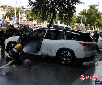 武汉路边一机动车自燃,火已被扑灭
