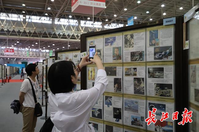 家门前的世界邮展让市民大开眼界丨图集