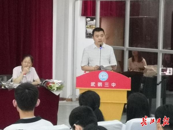 武汉网红高中老师毕业赠言:看着自带美颜的你们,想再讲一遍高考