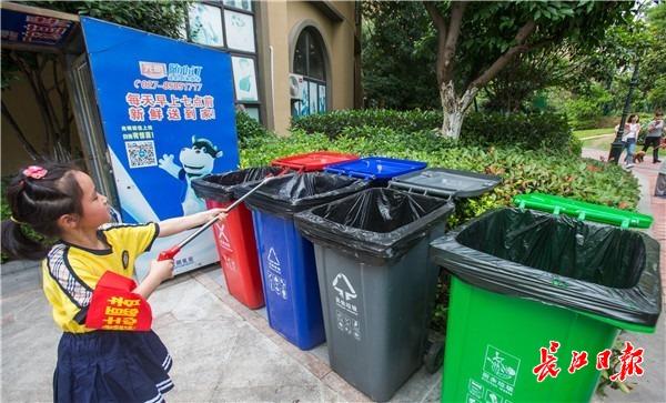 """快递盒""""变废为宝"""",创意垃圾桶成孩子们""""节日画板""""图片"""