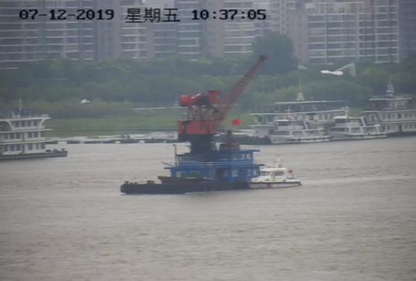 惊险!江上这个大块头超高4米,武汉长江大桥就在前面……