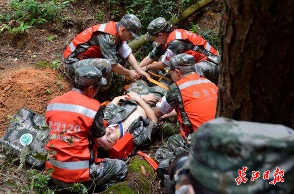 """武汉举行军运会空中救援应急演练,""""水陆空""""立体医疗保障"""