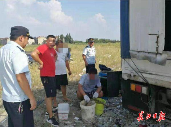 小货车改装成油罐车,男子廉价卖汽油被当场抓