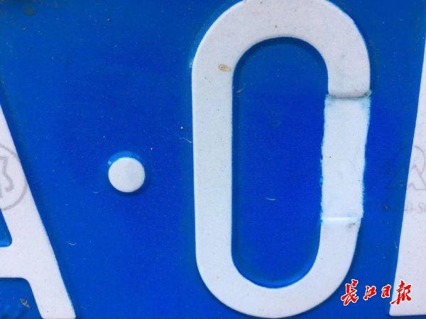"""北斗手机网前车牌上是""""C""""后车牌上变成""""0"""" ?他为躲电"""